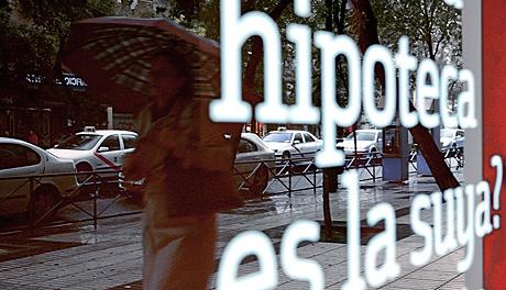 HIPOTECAS. BANKINTER. Madrid, 31 de octubre de 2008. Carteles anunciando hipotecas en el escaparate de una sucursal de Bankinter. Foto: Antonio Heredia.